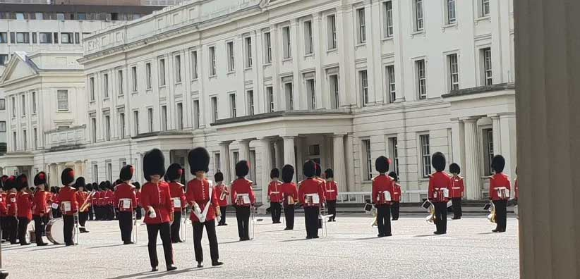 releve de la garde Londres. tourisme fileuse